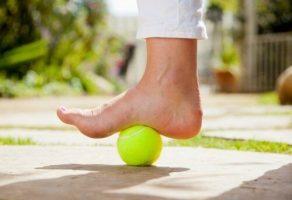 Topuk Dikeni Ağrısı için Tenis Topu Kullanmak